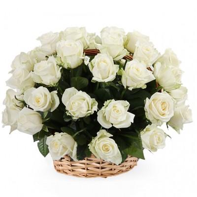 31 белая роза в корзине