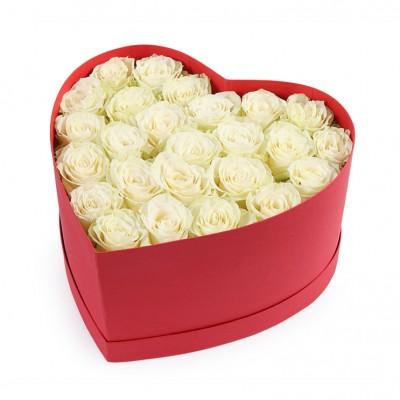 Букет из белых роз в коробке сердце №37