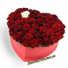 50 красных +1 белая роза в коробке сердце