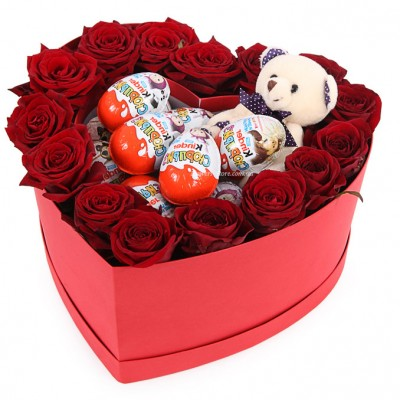 Композиция Розы с мишкой и Киндер сюрприз в коробке сердце